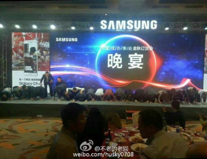 samsung-china-kneeling-702x540